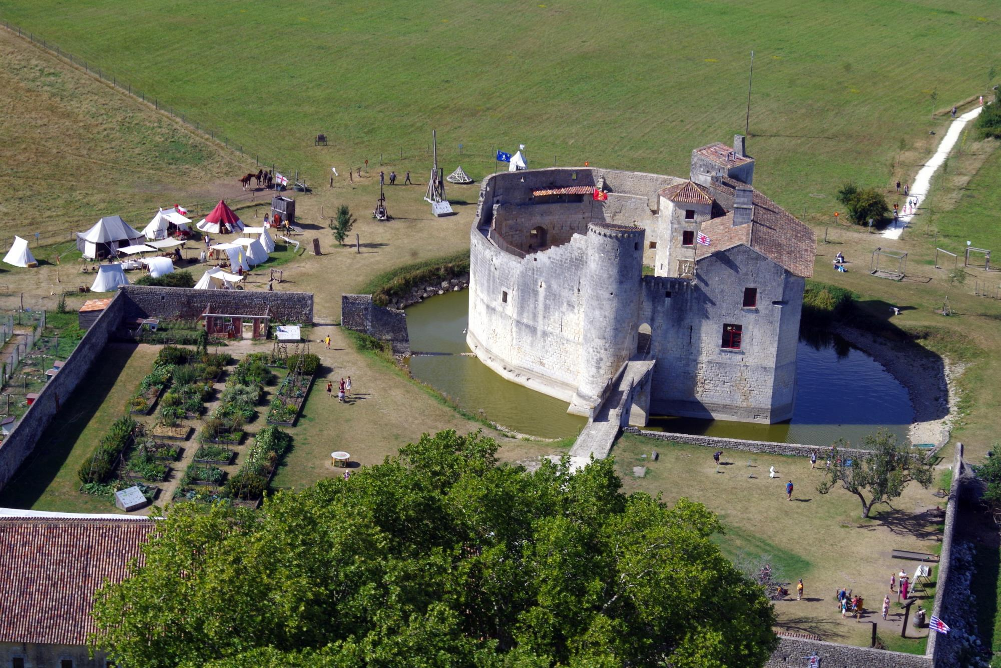 Tourist activities in Charente-Maritime : visits fortified castle and medieval theme park close to Rochefort